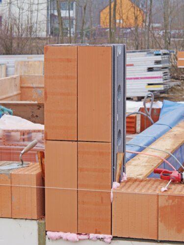 Für diese 1 m hohe Dämmschalung gibt es auch passende Ziegel-Verblender. Foto: DiHa GmbH