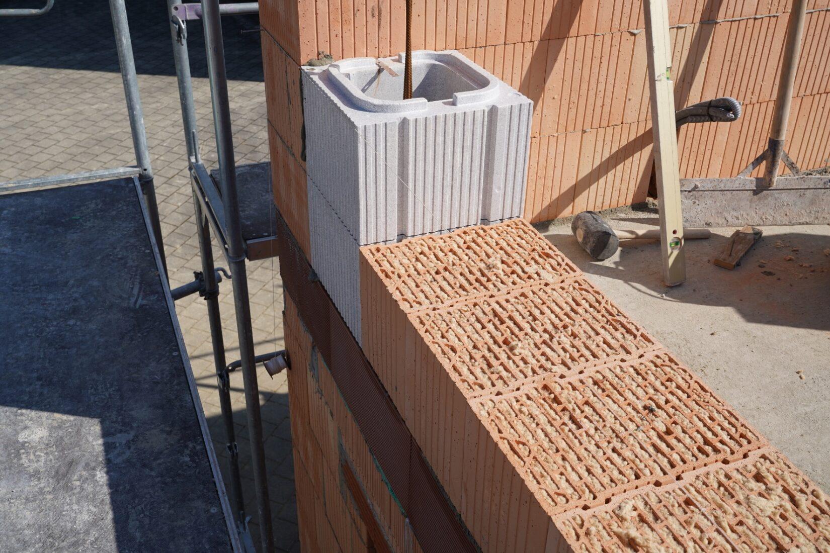 Diese Stützen-Dämmschalung ist im Ziegelrastermaß gefertigt. Foto: Leipfinger-Bader