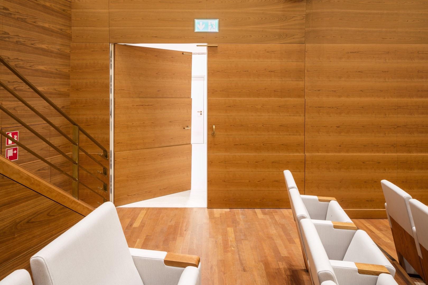"""Konferenzraum: Diese zweiflügelige Schallschutztür """"schluckt"""" 47 dB. Foto: Schörghuber"""