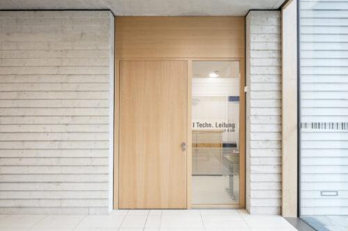 Auch mit Oberblende und Seitenteil erfüllt diese Tür erhöhte Schallschutzanforderungen. Foto: Schörghuber