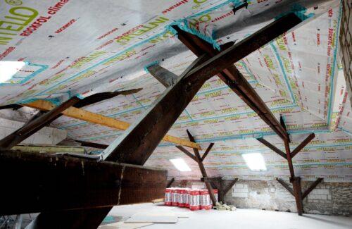 Gemauerter Kniestock unter dem Dach einer alten Brauerei. Foto: Rockwool