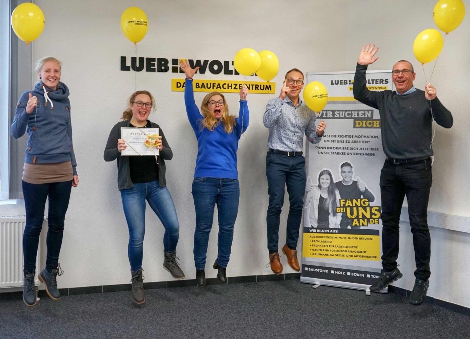 Kollektiver Freudensprung: Die Jahresbeste Hannah Schulten (2.v.l.) im Kreis ihrer Kollegen. Fotos: Eurobaustoff