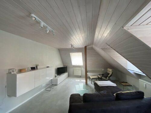 Die Holzverkleidungen an Decke und Wand wurden hier mit Bienenwachsbalsam behandelt, das Weißpigmente enthält. Foto: natural-farben.de