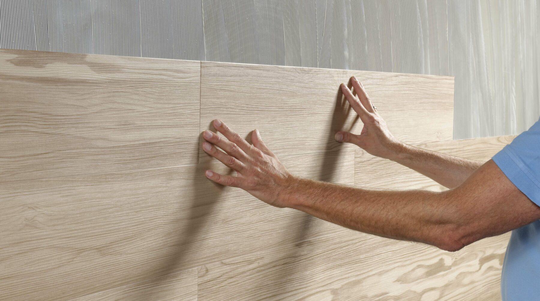 PVC-Designbeläge werden auch an der Wand immer beliebter. Foto: Ardex