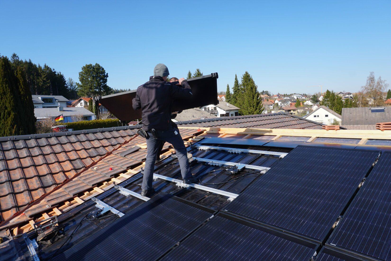 Die Photovoltaikanlage mit Mikrowechselrichtern ist einfach einzubauen.  Alle Fotos: Creaton GmbH