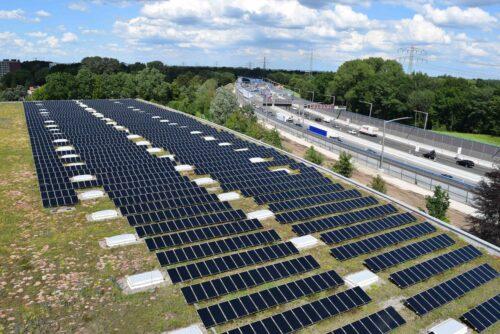 Die Kombination von Extensiv-Begrünungen und Solaranlagen funktioniert auch auf großen Dachflächen. Foto: BuGG / G. Mann
