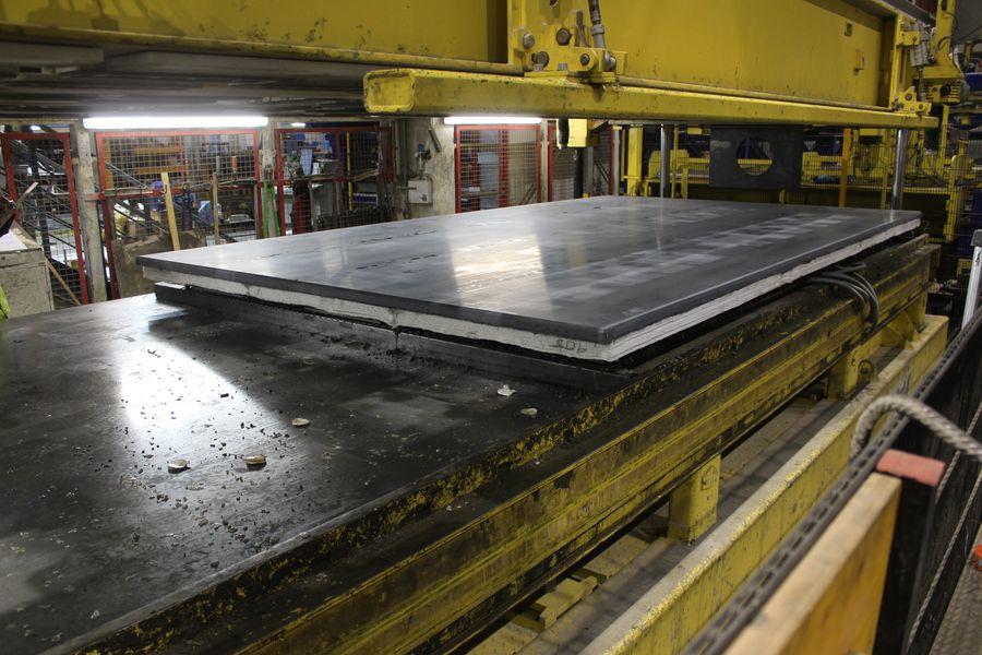 Produktion von Carbonbeton-Wänden mit Slentex-Dämmung im Betonwerk Oschatz. Foto: Mario Stelzmann/HTWK Leipzig