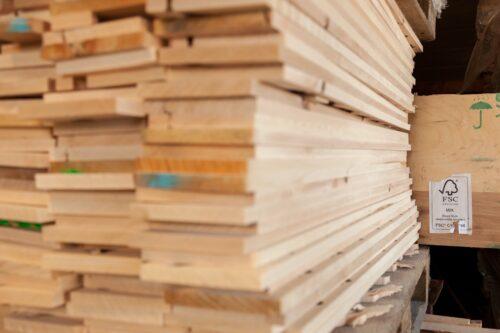 Das Label FSC Mix findet man häufig auf Holzwerkstoffen. Foto: FSC Deutschland