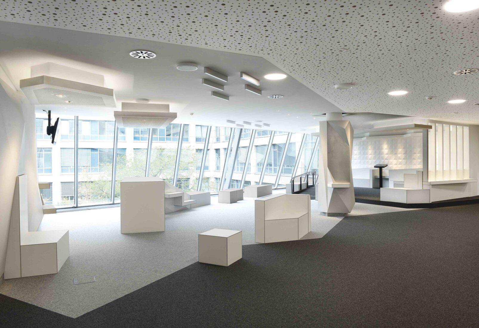 Unterhalb der glatten Decke montierte Akustiksegel absorbieren den Schall. Alle Fotos: Knauf/Gert Becker
