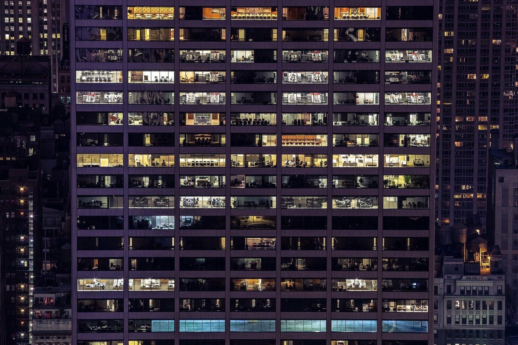 Wenn Bürolichter dauerhaft erlöschen, bietet sich eine Umnutzung zu Wohnraum an. Foto: Pixabay