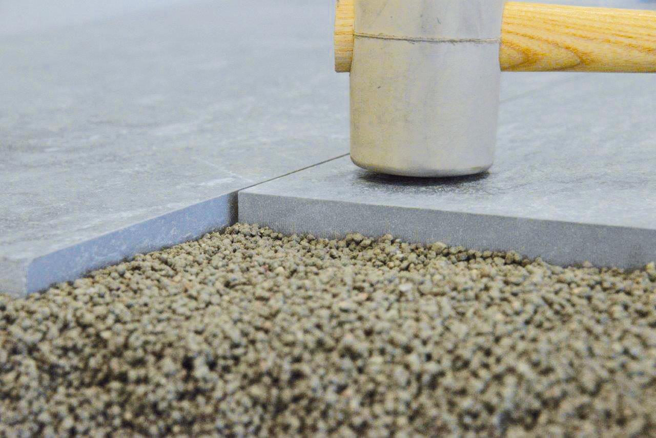 Der Drainagemörtel Pavifix DM enthält Rundkörner bis zu 3,5 mm Größe. Foto: PCI