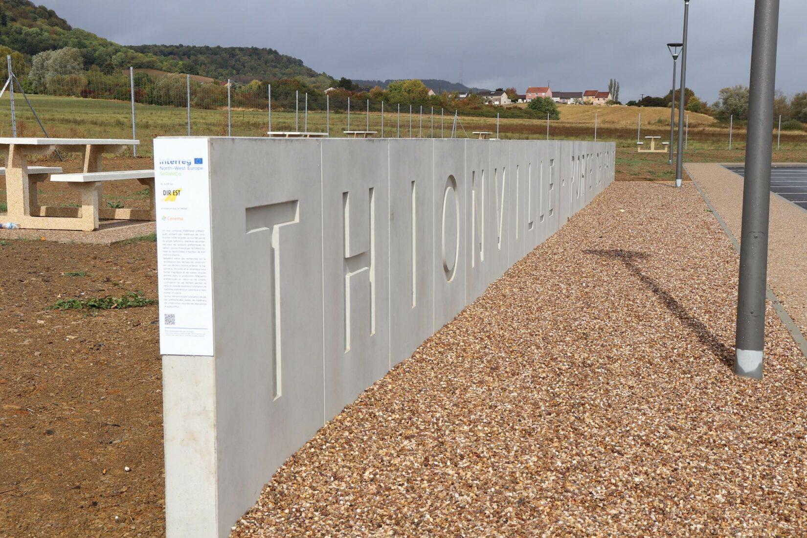 Französischer Autobahnrastplatz: Diese Wand besteht zu 100 % aus Recyclingbeton. Foto: TUK