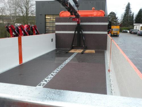 Neben verstärkten Bordwänden und Paletten-Anschlagleisten bietet eine Mittelschiene zusätzliche Befestigungspunkte zum Verzurren.
