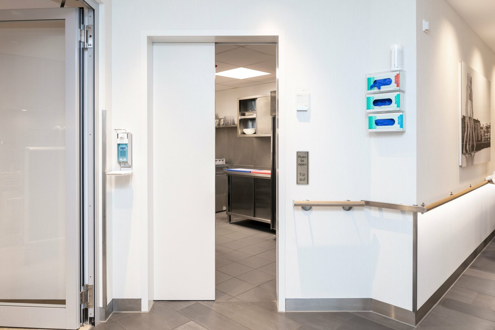 Reinraumtür mit widerstandsfähiger HPL-Oberfläche und stoßfester PU-Kante. Foto: Schörghuber