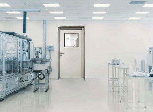 """Diese """"Cleanroom""""-Tür verfügt zusätzlich über einen Lichtausschnitt. Foto: Schörghuber"""