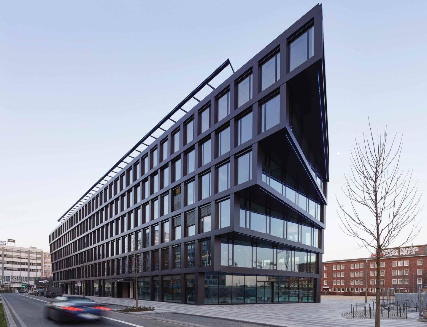 """Das """"Mercator One"""" steht vorm Duisburger Hauptbahnhof (rechter Bildrand). Alle Fotos: Agrob Buchtal GmbH / Jochen Stüber"""