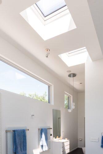 Der Blendrahmen des Flachdachfensters DXW verfügt innen über einen feuchteresistenten Blendrahmen – perfekt für Feuchträume. Foto: Fakro