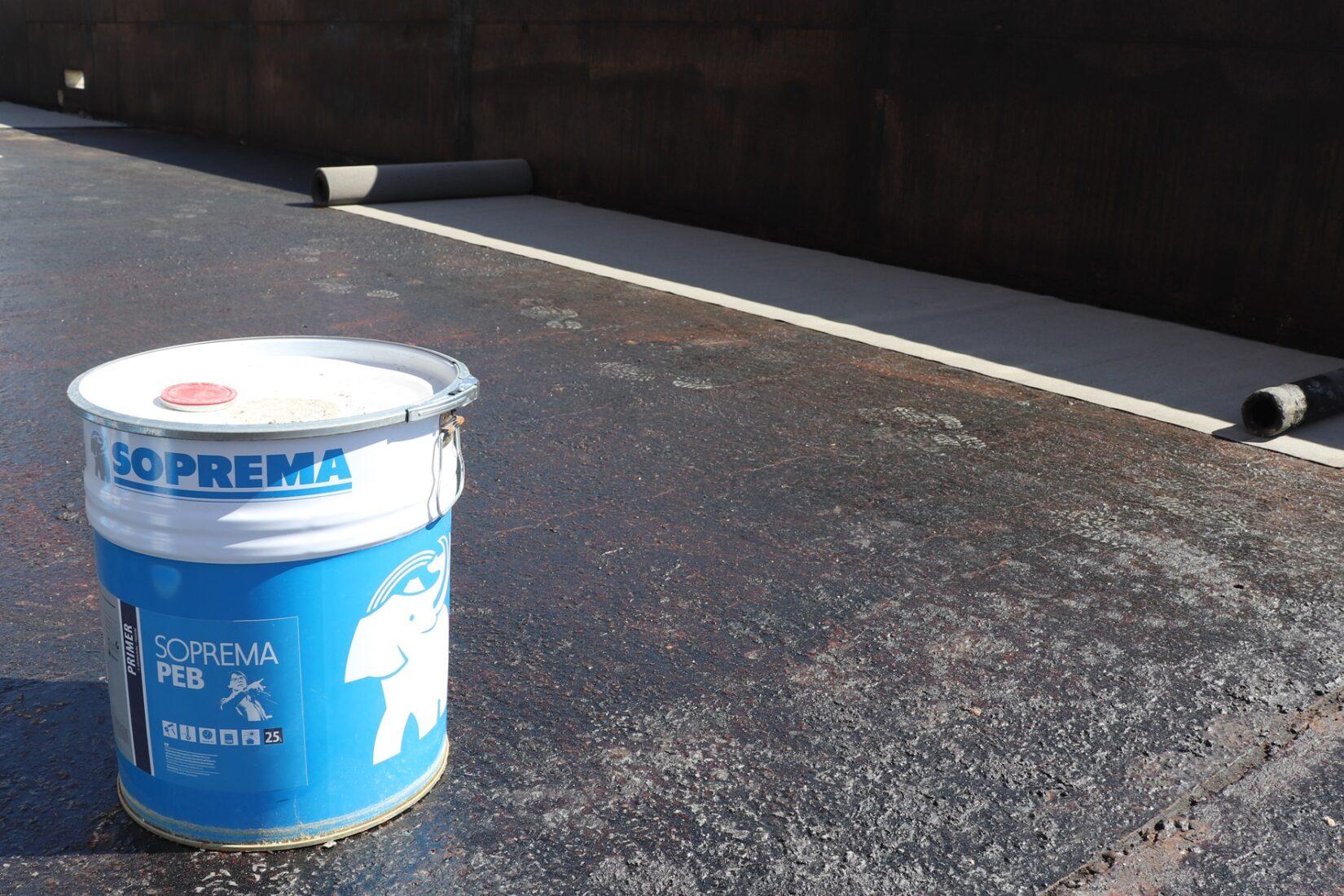 Der Bitumenvoranstrich PEB wird im 25-Liter-Gebinde mit Ausgießer geliefert. Foto: Soprema