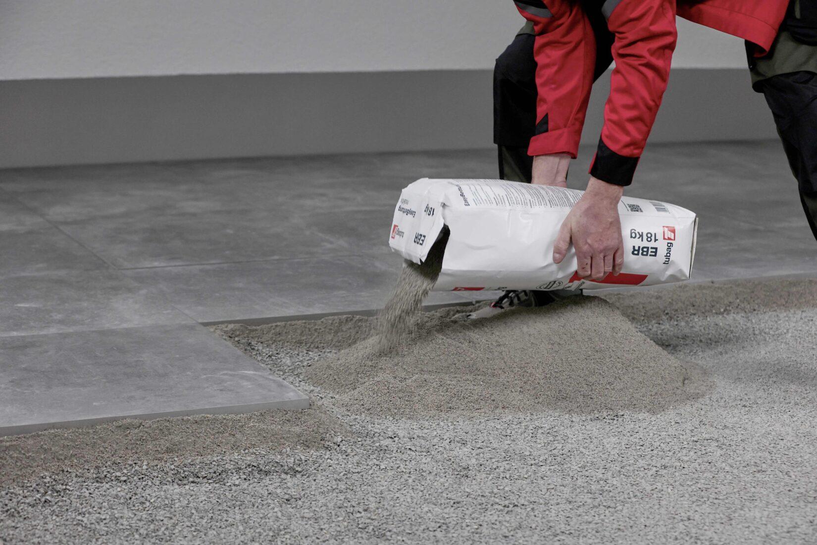 Das Produkt wird auf die Tragschicht aufgebracht und per Wasser-Sprühnebel aktiviert. Foto: tubag