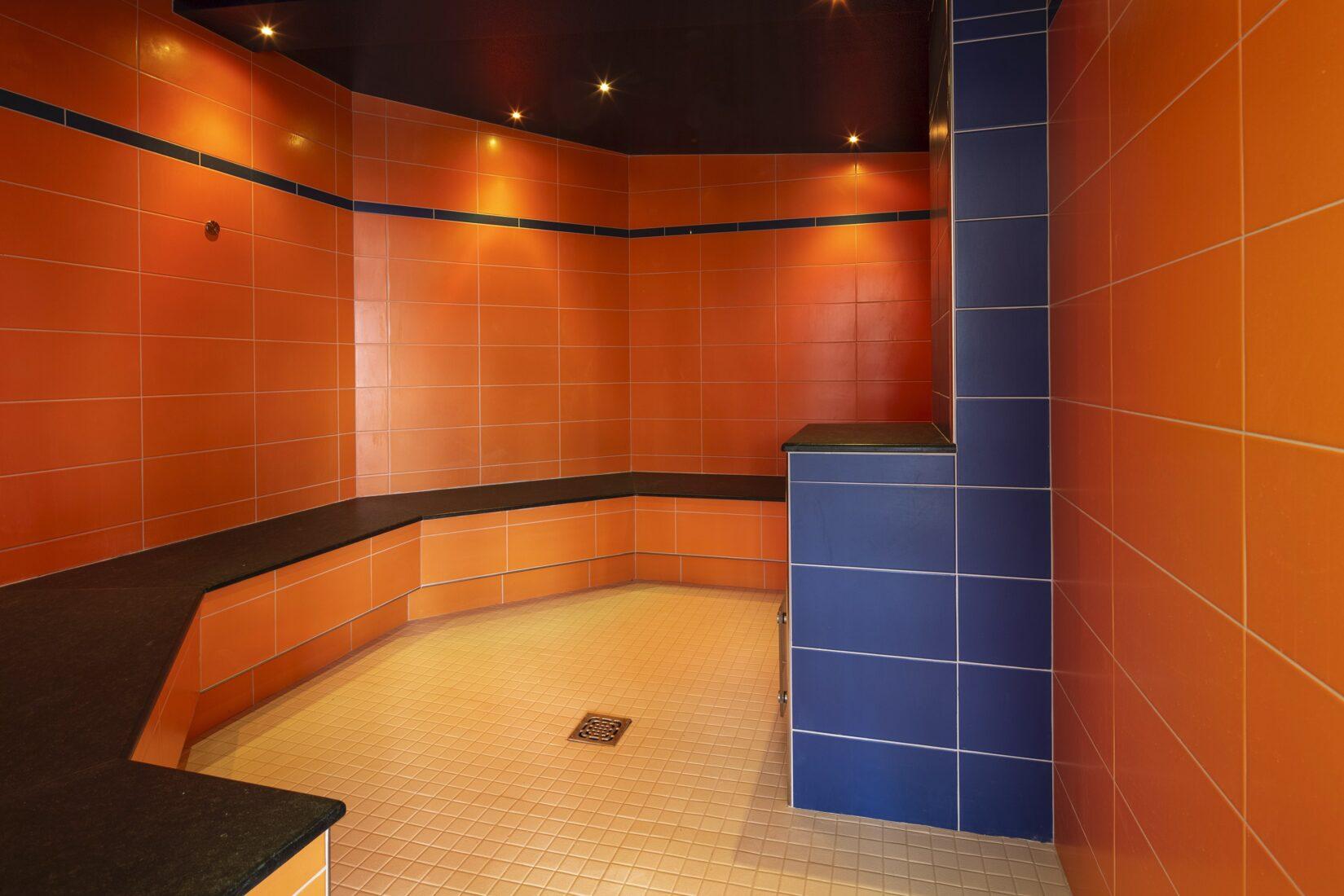 Die Wandfliesen und das Mosaik am Boden wurden mit Durapox Premium verklebt. Alle Fotos: PCI