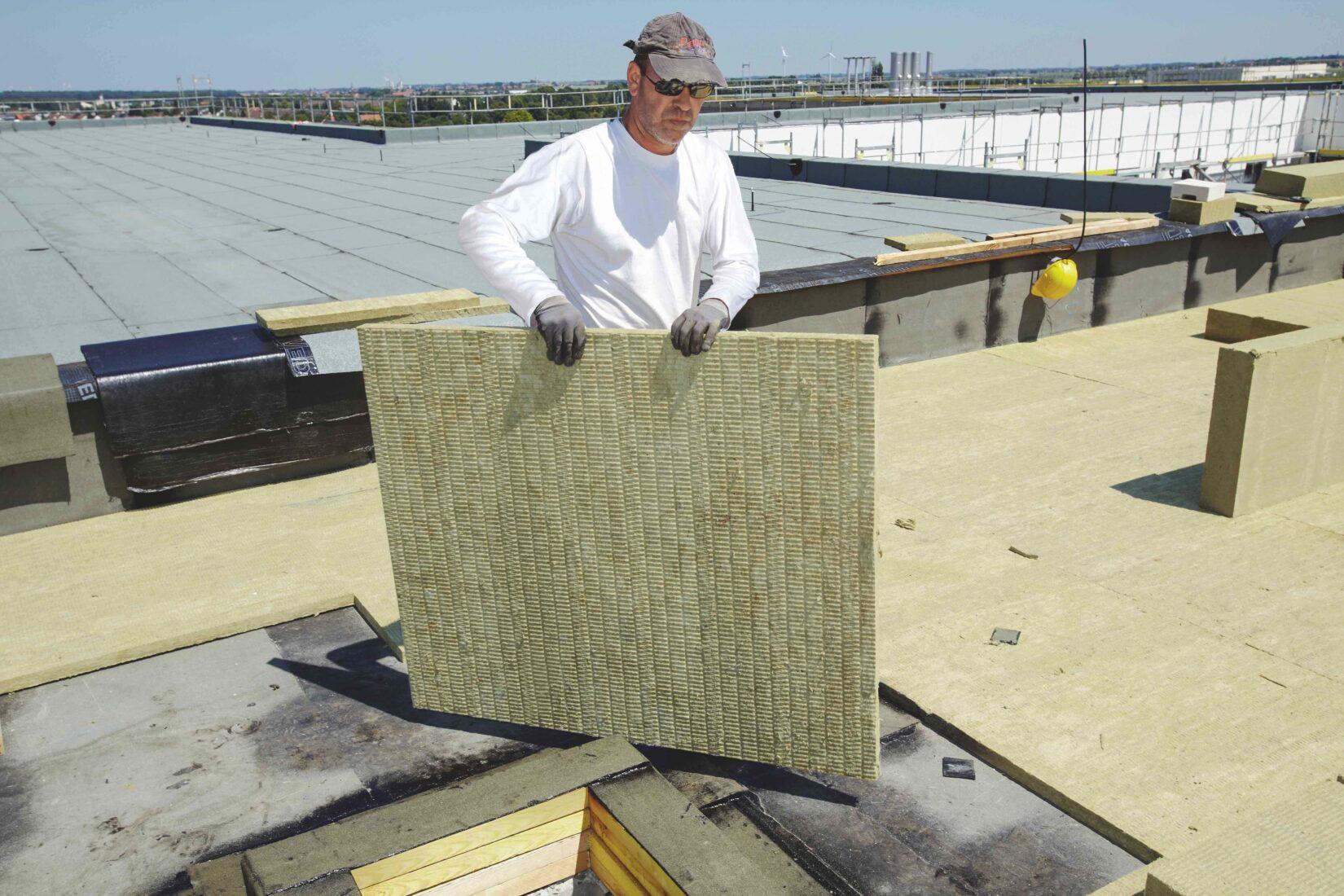Verarbeitung von Steinwolle-Platten im Flachdachbereich.  Foto: Rockwool