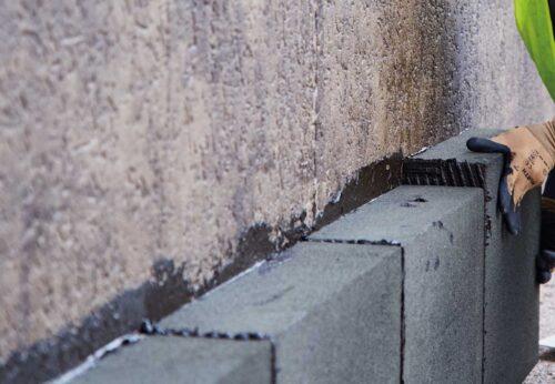 Perimeterdämmung: Die Schaumglasplatten werden vollflächig und vollfugig auf der Bauwerksabdichtung verklebt. Foto: Foamglas