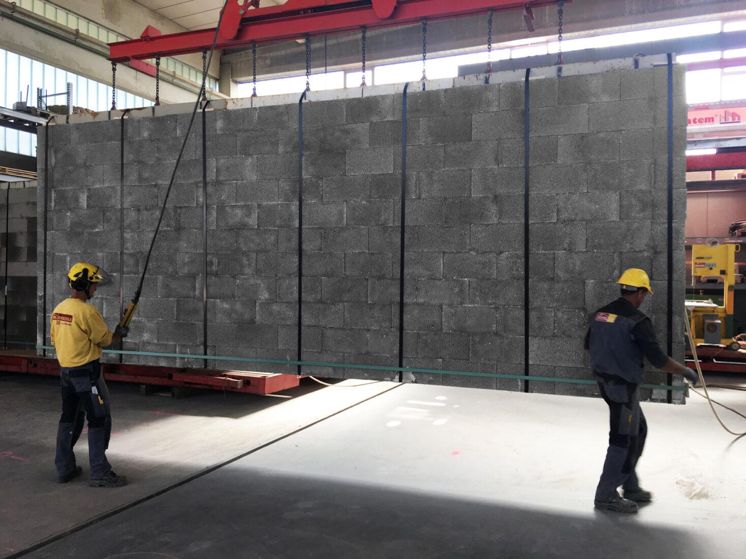 Aus Leichtbetonsteinen kann man nun auch Wandtafeln vorfertigen. Foto: KLB Klimaleichtblock