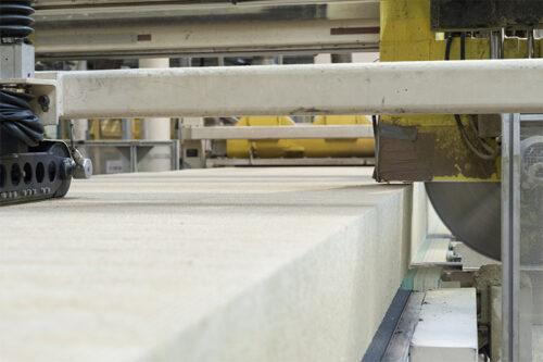 In der Produktion werden relativ dünne Lamellen-Scheiben vom Steinwolle-Endlosstrang abgeschnitten. Foto: Knauf Insulation