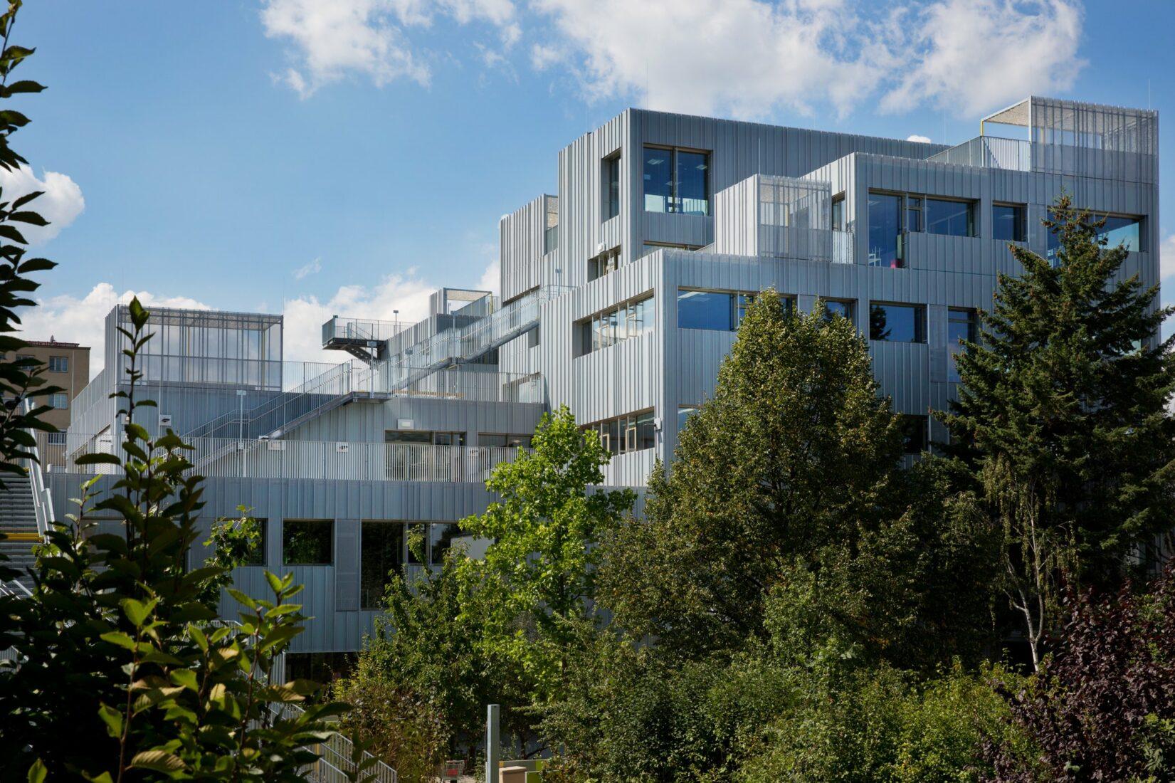 Der Schul-Erweiterungsbau ist als differenzierter Baukörper angelegt. Fotos: Dörken GmbH & Co. KG