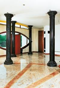 Ein mit Naturstein verlegtes Foyer