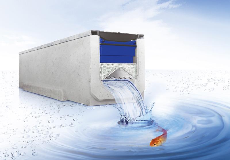 Moderne Rinne mit integrierter Regenwasserfiltration für die Flächenentwässerung