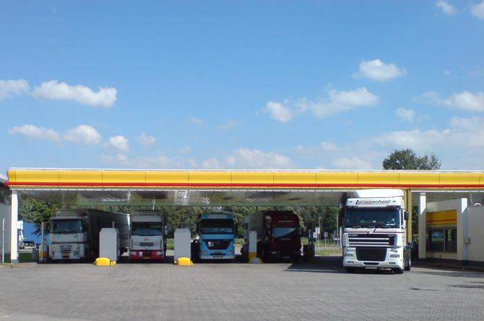 Tankstelle mit Lkw