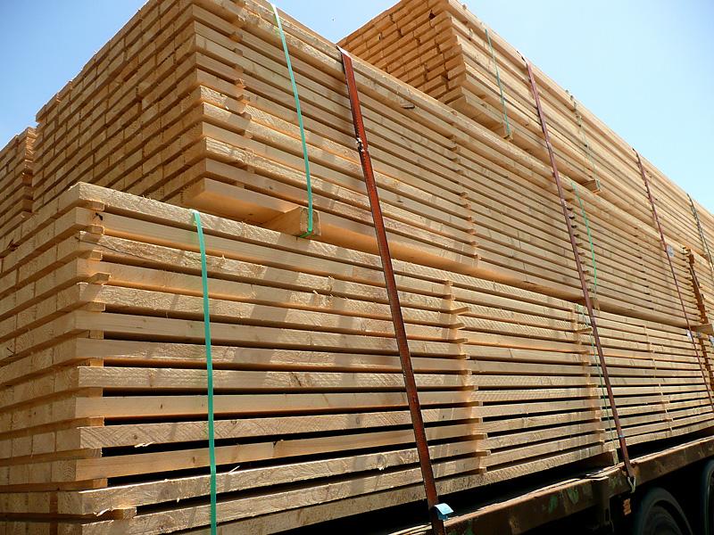 Gesicherte Holzlatten auf einem LKW