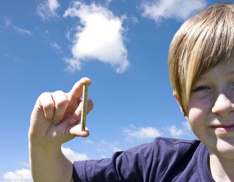 Kind mit Holzpellet