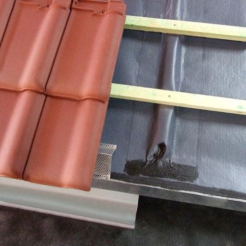 Unterdachbahn zur wasserdichten Konstruktion eines flachen Steildaches