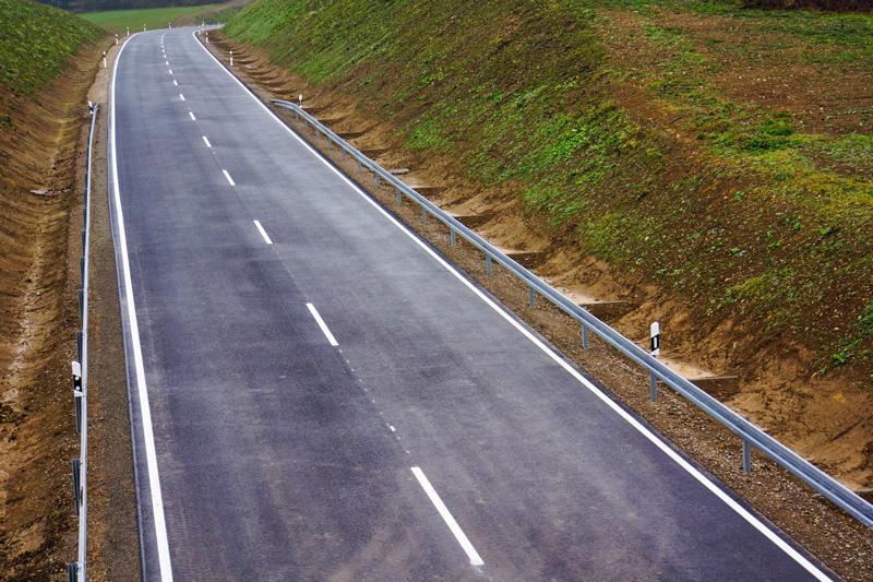 Neubau einer Landstraße mit Entwässerungsgräben