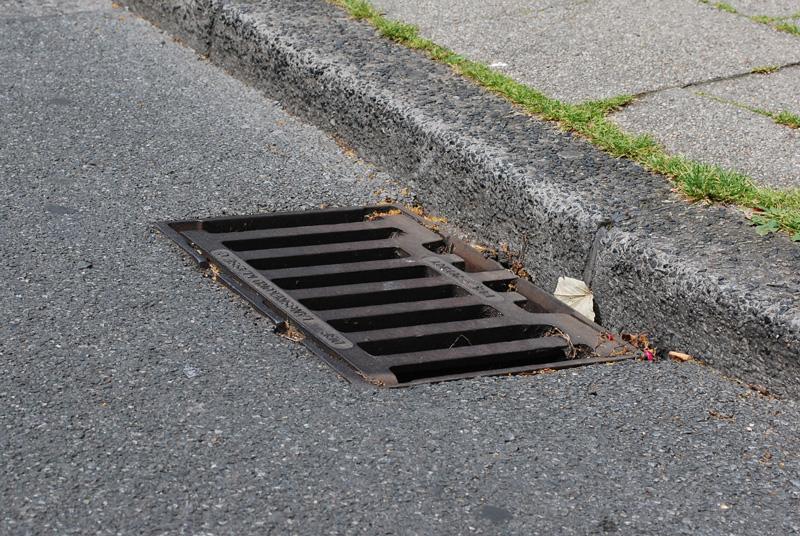 Bordsteinrinne mit Straßenablauf